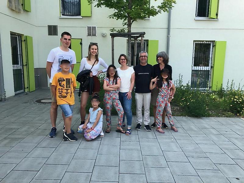 Ehrenamtliche und Kinder der Hausaufgabenbetreeuung (Foto: M. Brehmer)