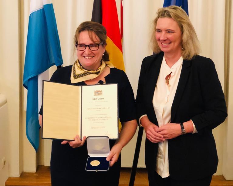 Alexandra Gaßmann bei der Überrreichung der Staatsmedaille für soziale Dienste durch die bayerische Familienministerin Kerstin Schreyer -© privat