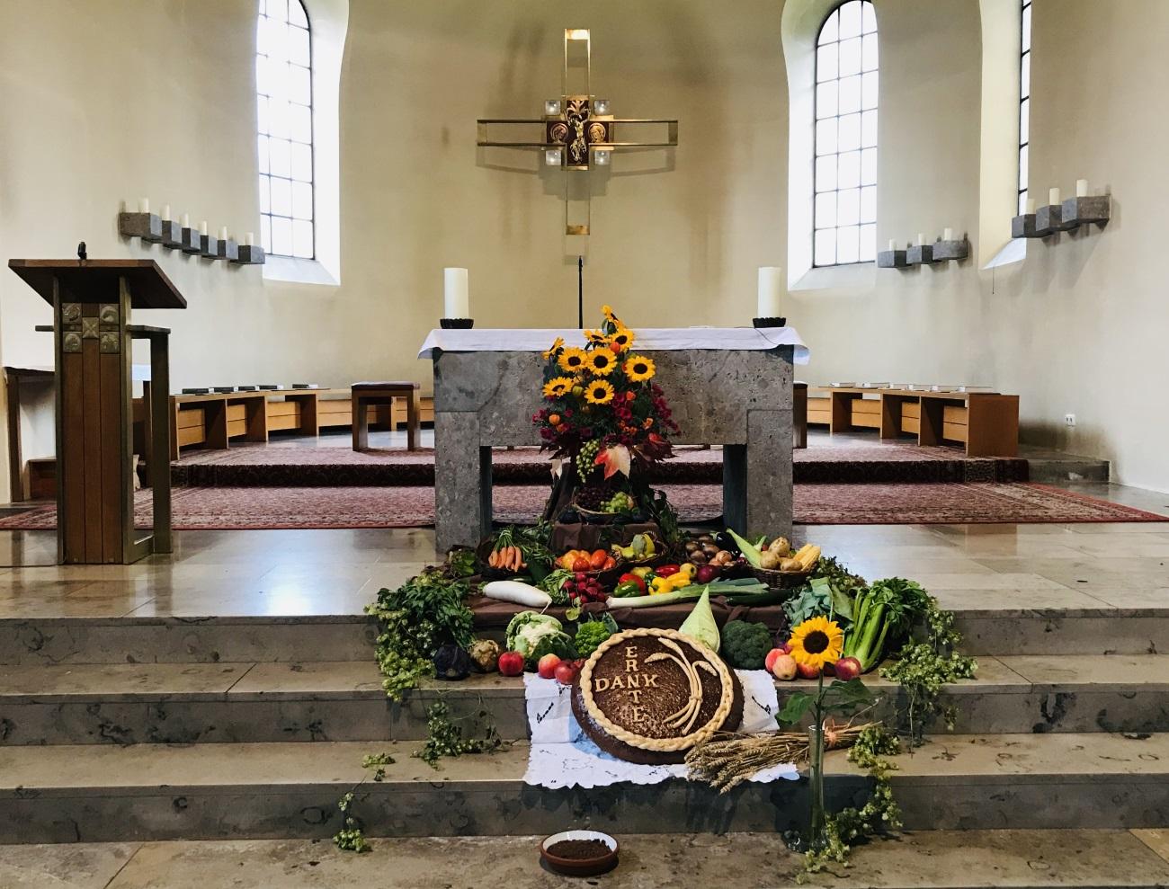 Reich geschmückter Erntedank-Altar in St. Ulrich 2019 (Bild: Uli Koller)