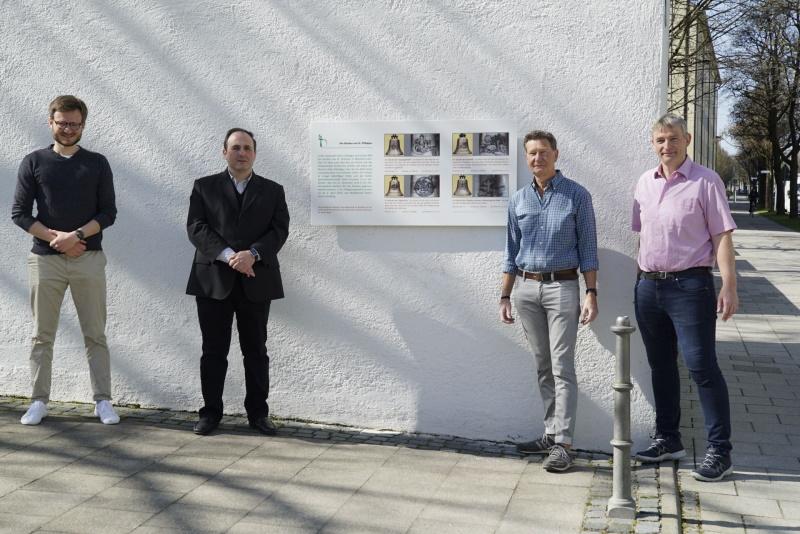 Im Bild: (v.li.n.re.): Pastoralassistent Christian Greil, Pfarrvikar Adriano Sturchio, Richard Berndt (Gestalter der Tafel) und der Pfarrgemeinderatsvorsitzende Ralf Isermann