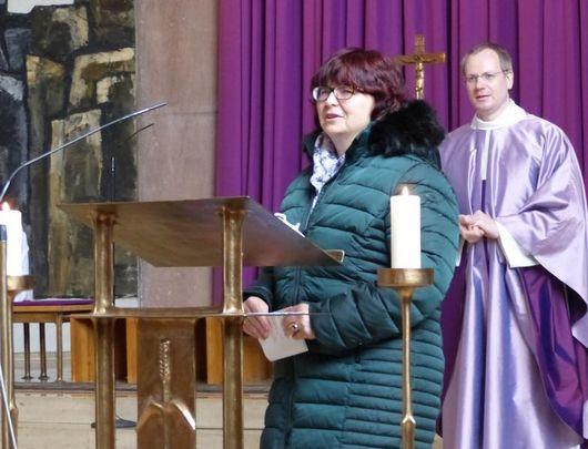 Karin Wimmer-Billeter dankte für viele wertvolle Erfahrungen, die sie im Pfarrverband Laim in den vergangenen zehn Jahren sammeln konnte. (Foto: U.Koller)