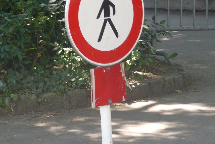 Ein Verkehrsschild sperrt einen Weg für Fußgänger.