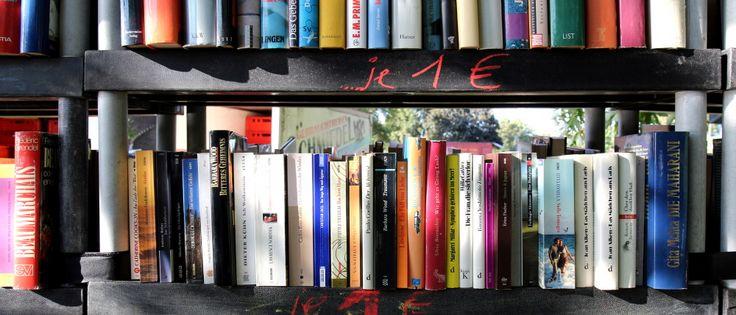 Bücher im Regal zu 1 EUR beim Bücherflohmarkt - © Peter Weidemann/pfarrbriefservice.de
