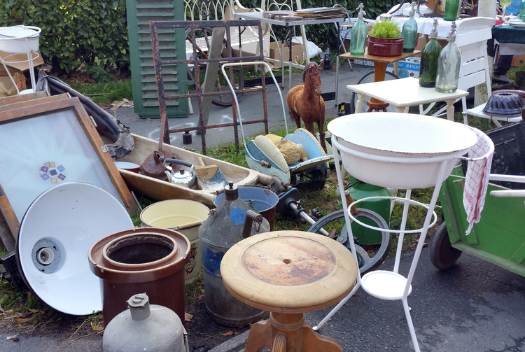 Alte Kleinmöbel, Geschirr, Spielzeug und vieles mehr wird auf einem Flohmarkt angeboten.