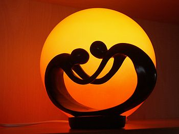 Skulptur vor Tischlampe