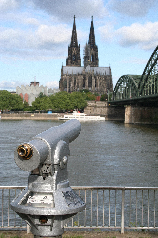 Fernrohr ist auf den Kölner Dom gerichtet